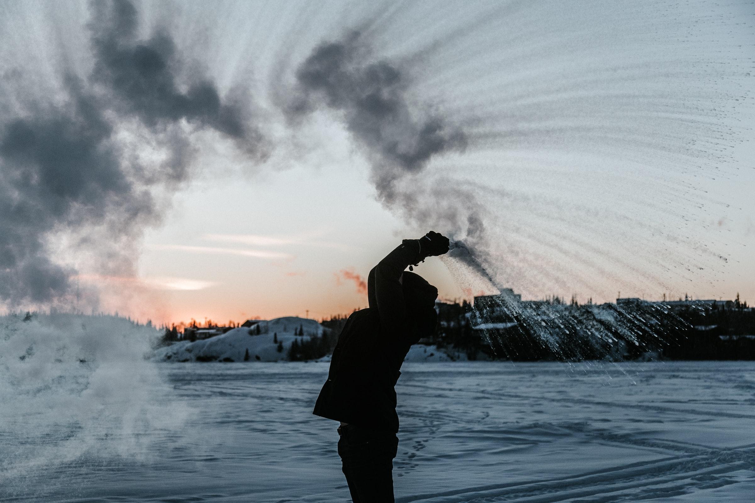 雪で遊ぶ 男の人